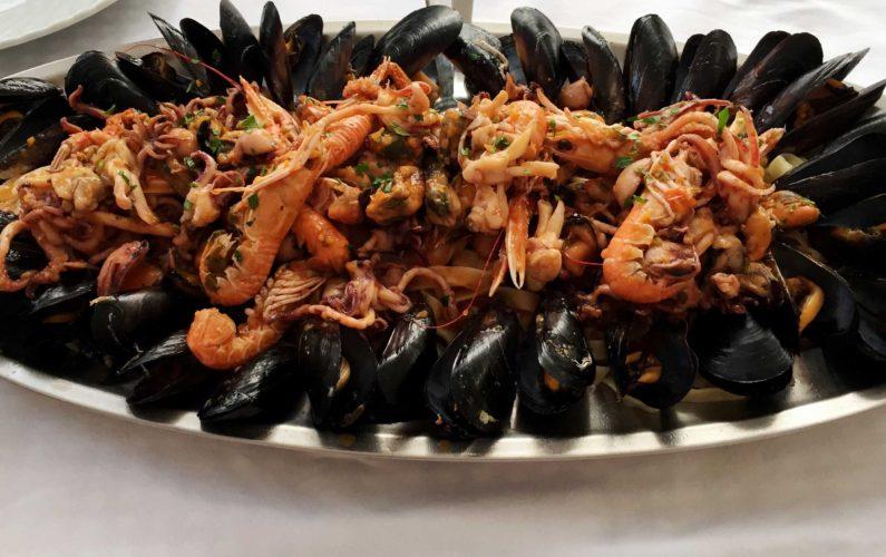 Meeresfrüchte enthalten oft Mikroplastik