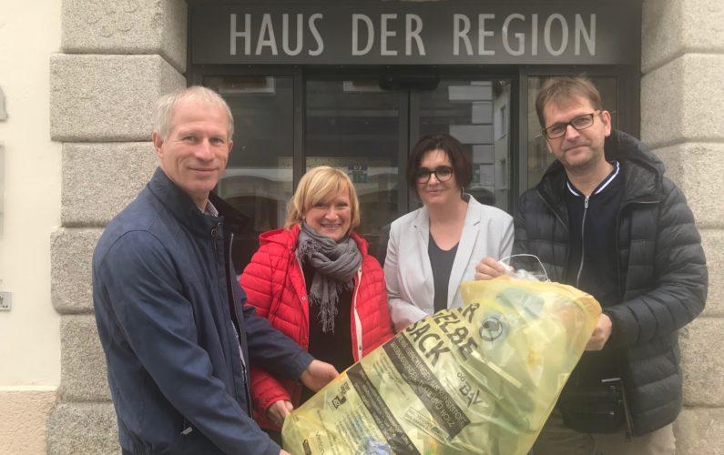 Erich Traxler und Conny Wernitznig freuen sich über die Plastikfrei-Projekte von Alexandra und Markus Lindner.